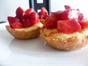 Mini cheesecakes with macerated strawberries